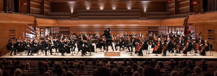 Pour son premier concert en tant que directeur musical, Rafael Payare dirige l'OSM en présentant la Cinquième Symphonie de Chostakovitch et complète le programme avec deux œuvres liées à l'histoire de l'Orchestre. La Valse de Ravel et le Kaléidoscope de Pierre Mercure, œuvre emblématique du répertoire québécois.