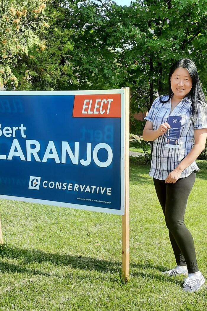 袁育紅現在花大量時間為本選區的保守黨候選人掃街拜票。(本人提供)