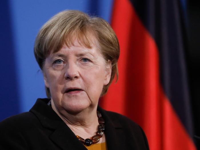 Angela Merkel fixe la caméra.