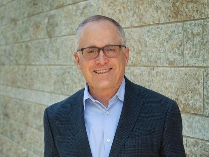 阿尔伯达大学中国学院荣誉院长、中国问题专家侯秉东教授(Gordon Houlden) 。