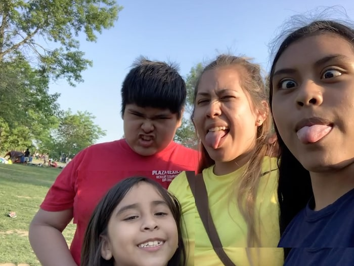 Lizbeth León et ses enfants dans un parc de Toronto. Les quatre ont contracté la COVID au printemps de cette année et continuent de vivre avec quelques séquelles.