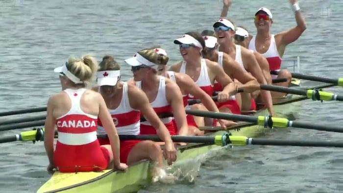 فريق كندا النسائي للتجديف في قارب الثماني.