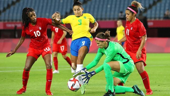 加拿大女足在比赛中。
