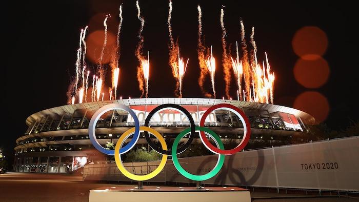 الحلقات الأولمبيّة الخمس فوق استاد طوكيو