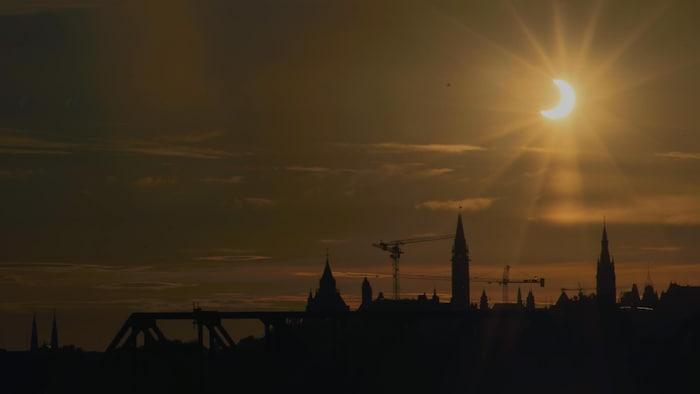 Un croissant de Soleil au-dessus de Montréal.