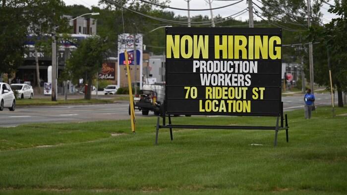 Afiche ofreciendo empleo.