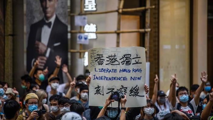 "Manifestantes en las calles de Hong Kong sostienen una pancarta que dice ""Liberen Hong Kong. Independencia ahora""."