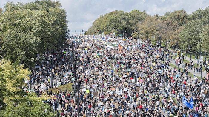 La foule se masse dans une rue de Montréal.
