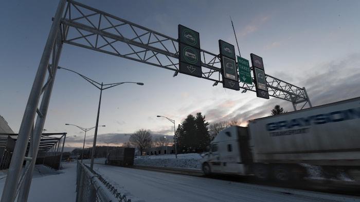 شاحنة تمرّ  على الحدود بين كندا والولايات المتّحدة.