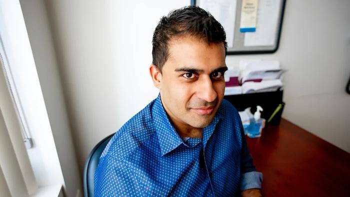 Le Dr Zaid Chagla dans un bureau.