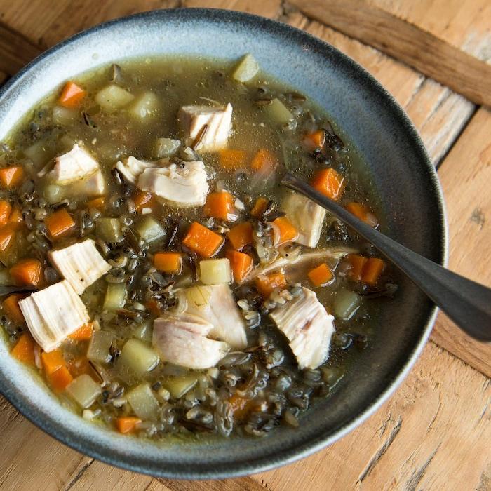 Une soupe au poulet, légumes et riz.