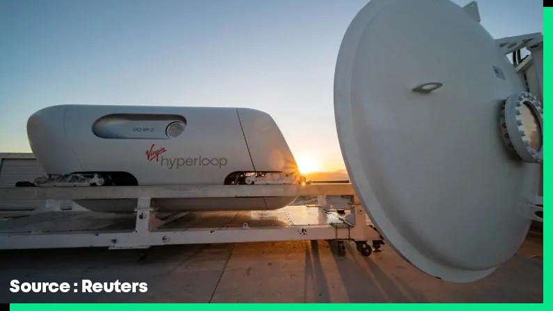 La capsule Hyperloop se prépare à entrer dans le tube.