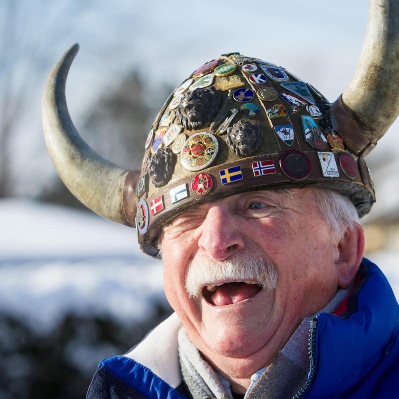 Val Rasmussen, souriant, son casque de Viking lui tombant sur un oeil.