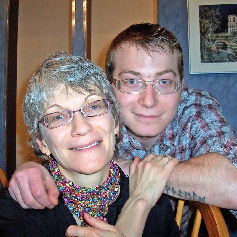 Un jeune hommeet sa mère