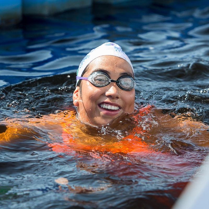 Alexann Petiquay souriante dans l'eau.