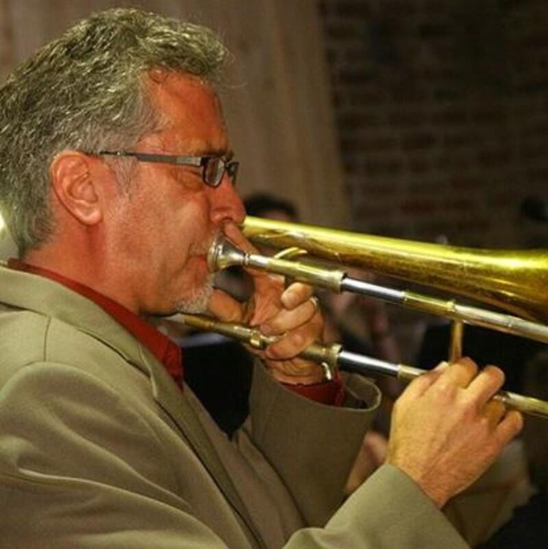 Allen Jacobson joue du trombone