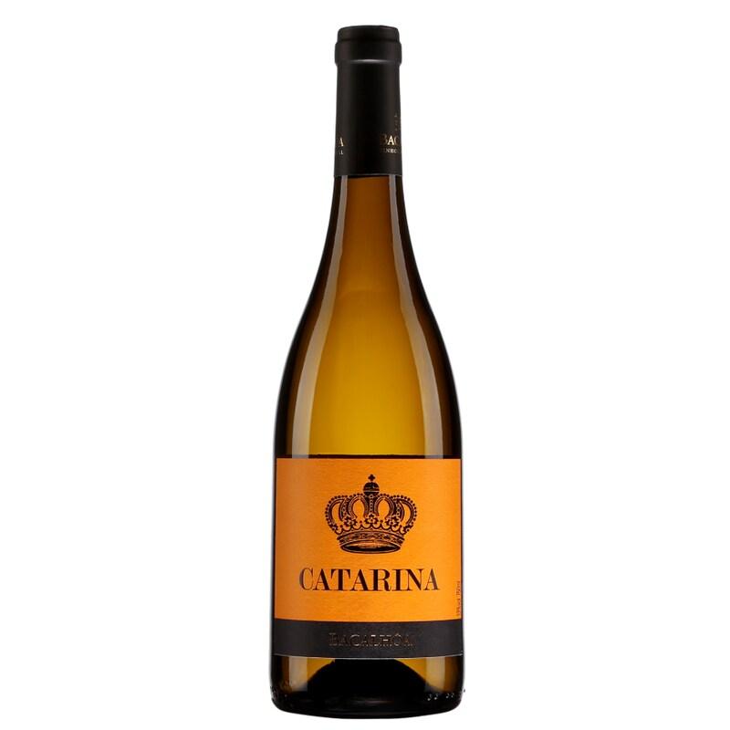 Bouteille de vin ambrée avec une étiquette au dessin de couronne.