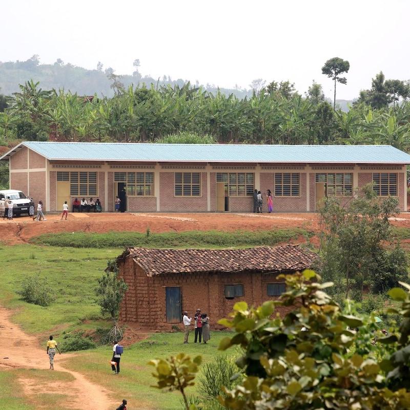Une école sur une colline au Rwanda.