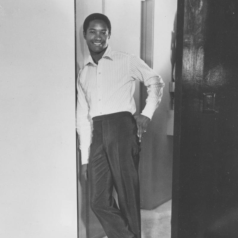 Same Cooke debout contre un cadre de porte en 1964.