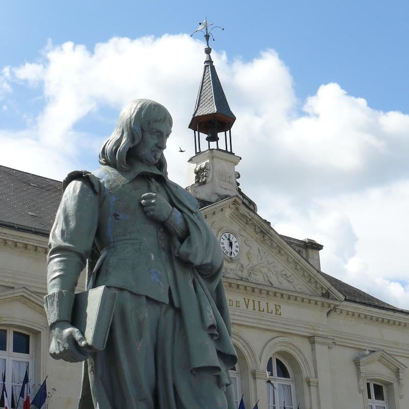 Statue du philosophe René Descartes devant l'Hôtel de ville de Descartes, en France.