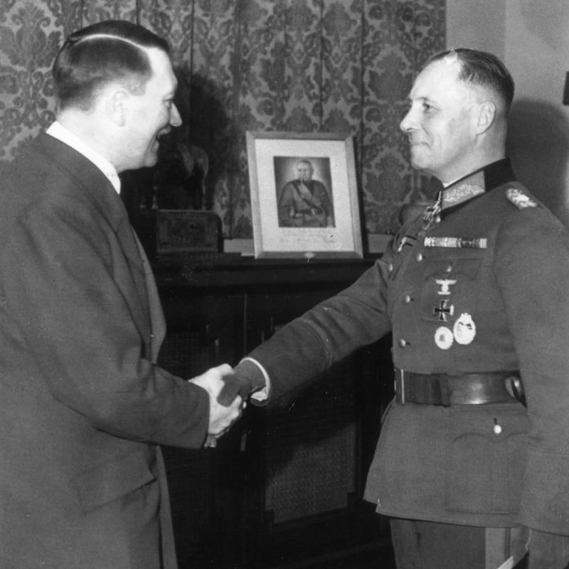 Adolf Hitler serre la main du maréchal Erin Rommel.