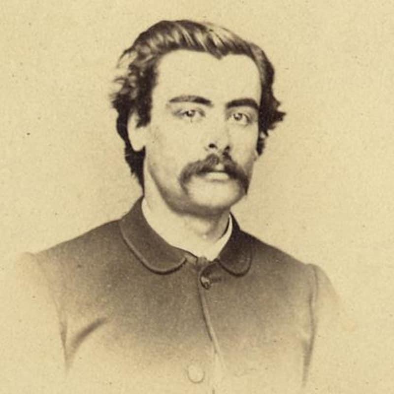 Portrait sépia de l'homme politique moustachu.