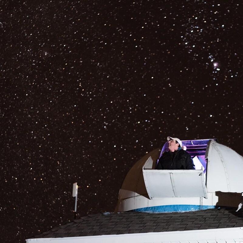Tim Doucette regarde le ciel étoilé à partir de son observatoire.