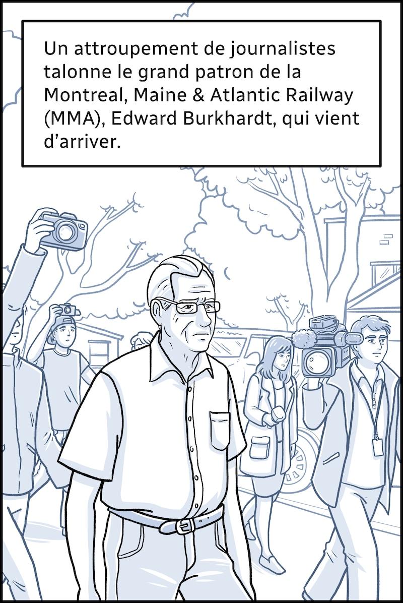 Un attroupement de journalistes talonne le grand patron de la Montreal, Maine & Atlantic Railway (MMA), Edward Burkhardt, qui vient d'arriver.