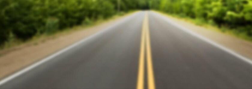 Route d'asphalte à deux voies sans voiture.