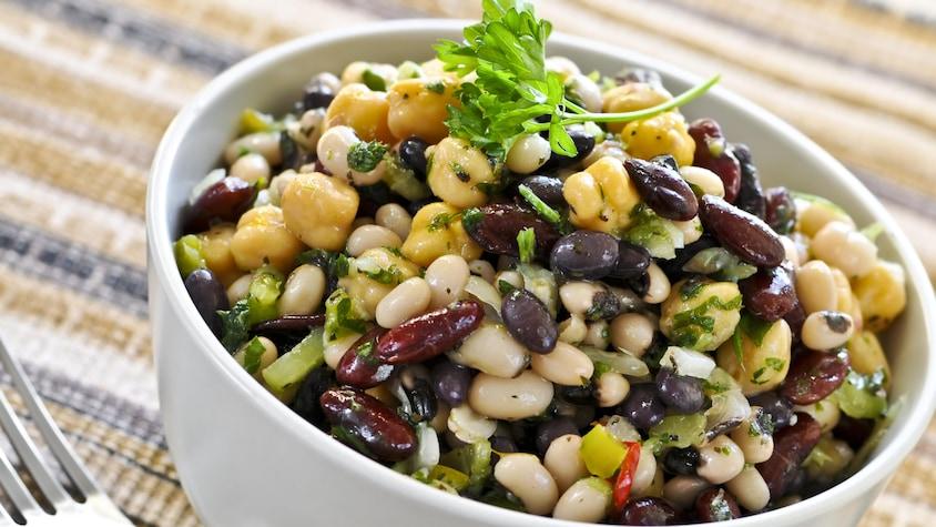 Un bol de salade de fèves mélangées.