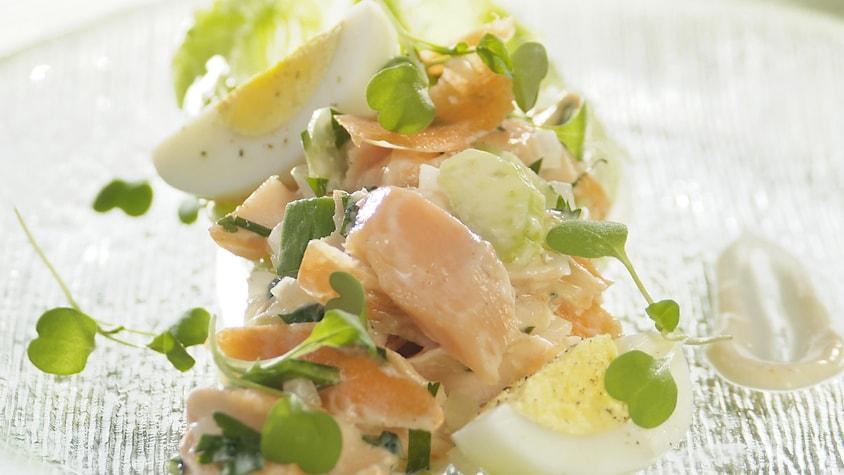 Salade de saumon avec œufs cuits durs et jeunes pousses.