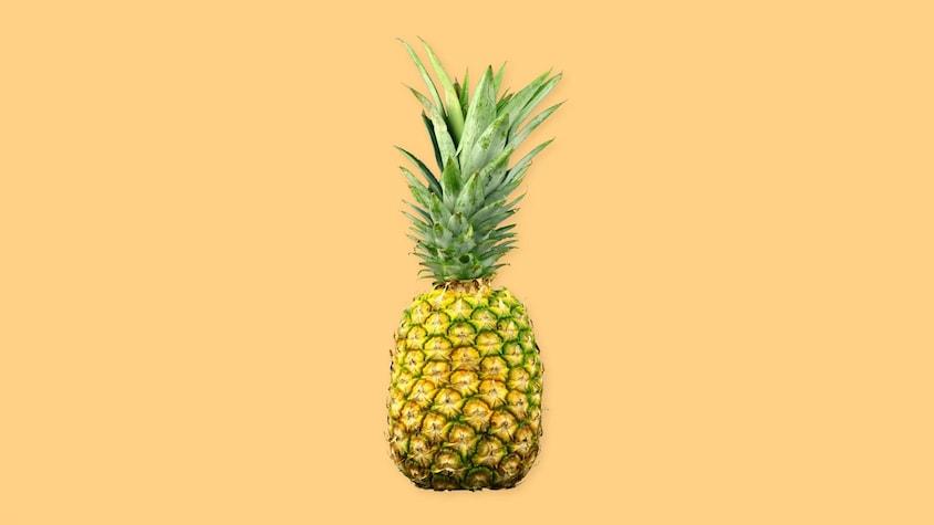 Un ananas sur un fond jaune.