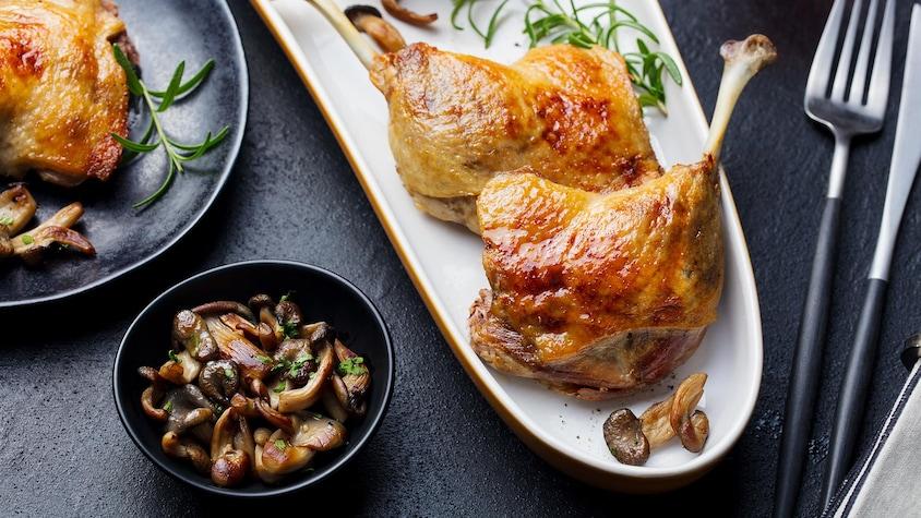 Des cuisses de canard disposées dans un plat.
