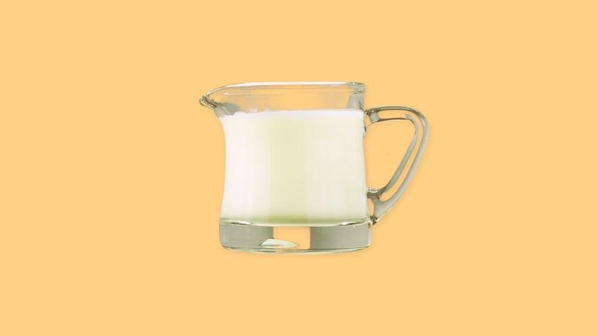 Un pot de verre rempli de crème.