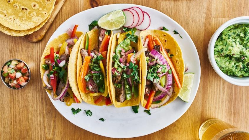Des tacos ou fajitas de boeuf et légumes.