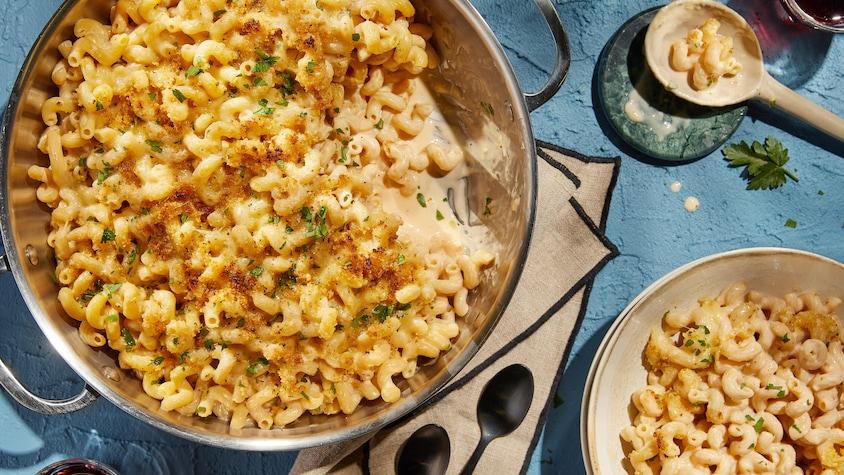 Une casserole et un petit bol remplis de macaroni aux fromages.