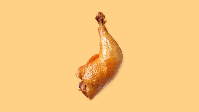 Une cuisse de poulet sur un fond jaune.
