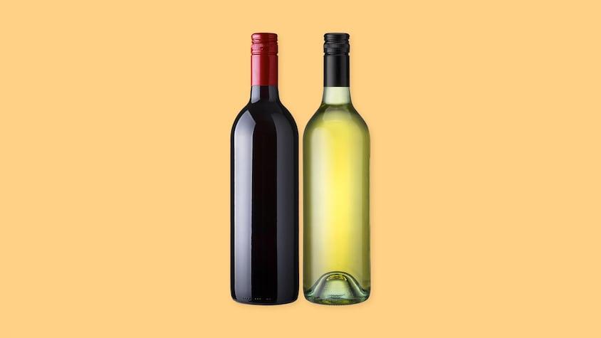 Une bouteille de vin blanc et une bouteille de vin rouge sur un fond jaune.