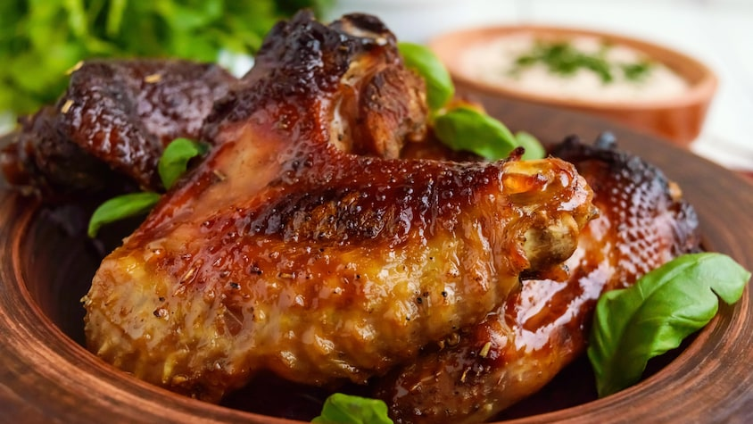 Des ailes de canard dans une assiette.