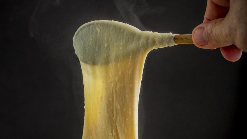 Une casserole d'aligot de pomme de terre au fromage.