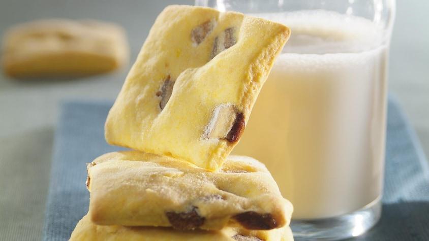 Biscuits à la citrouille avec un verre de lait.