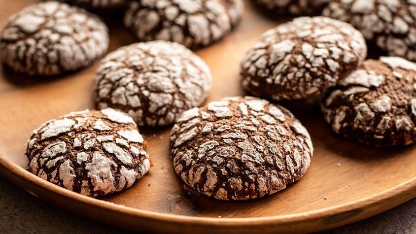 Des biscuits moka sur un plateau en bois.