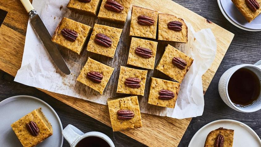 Des biscuits à la citrouille sur une planche en bois et dans quelques assiettes.