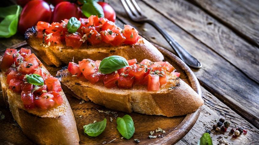 Du pain grillé recouvert de bruschetta.