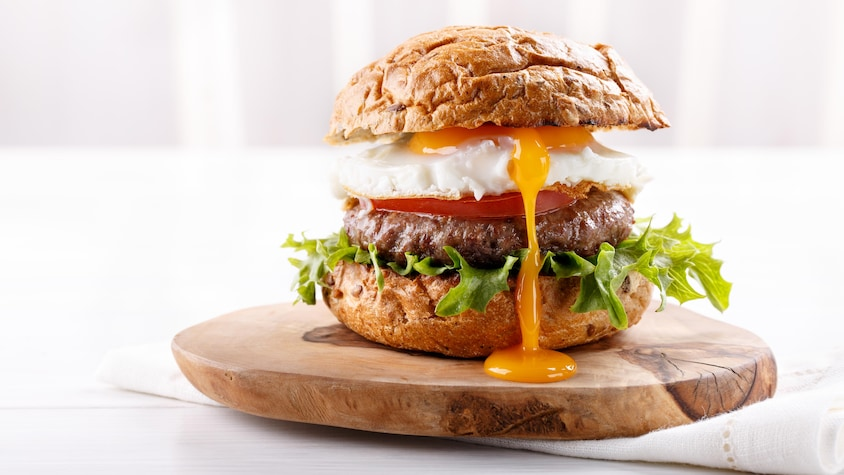 Un burger avec un œuf coulant à l'intérieur.