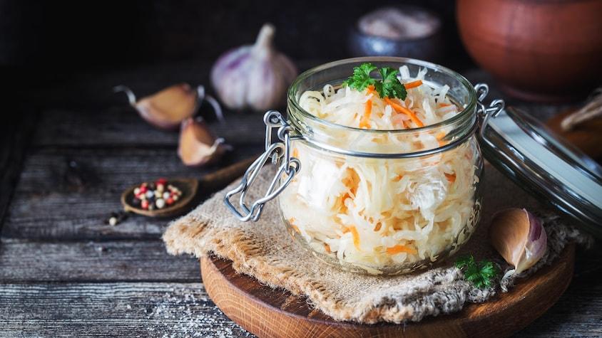 Des carottes et du chou râpés dans un pot de verre.
