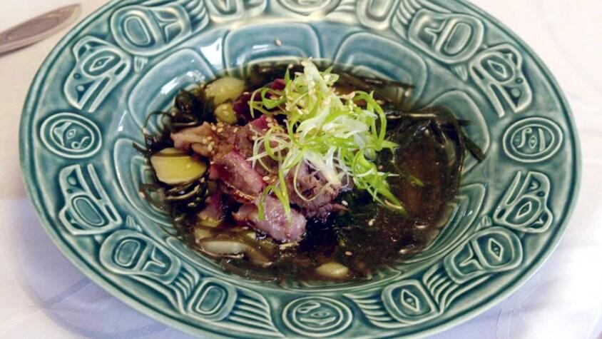Un bol rempli de soupe de bœuf et wakamé.
