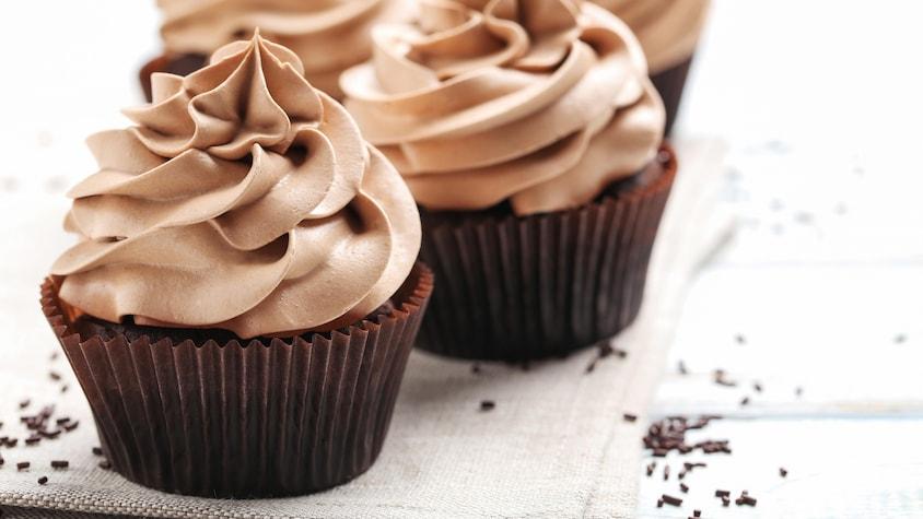 Des petits gâteaux avec du crémage au chocolat.