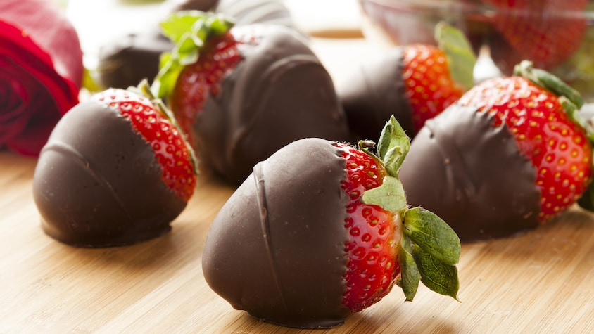 Plusieurs fraises recouvertes de chocolat.