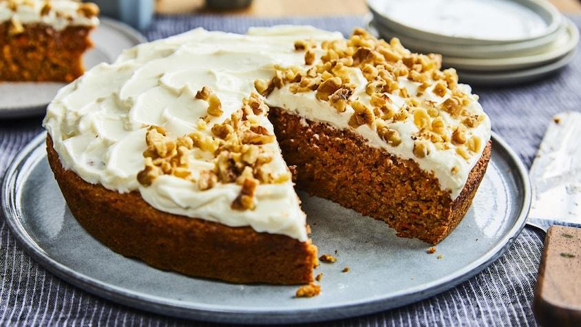 Un gâteau aux carottes où il manque un morceau.